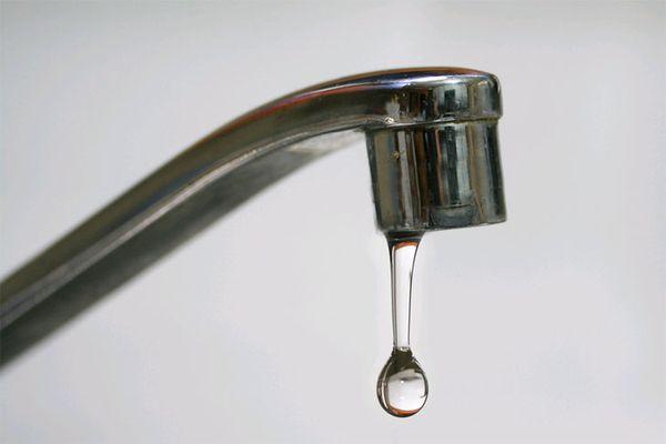 Vòi nước bị rò rỉ gây khó chịu