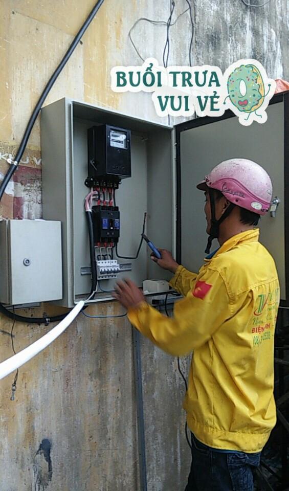 Thợ lắp đồng hồ điện 3 pha cho xí nghiệp