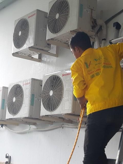 Vệ sinh máy lạnh Sharp Inverter tại quận Tân Bình
