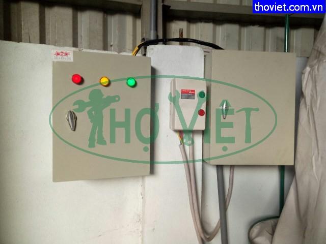 Thợ lắp tủ bảo vệ pha tránh sự cố mất pha bảo vệ thiêt bị điện cho xưởng