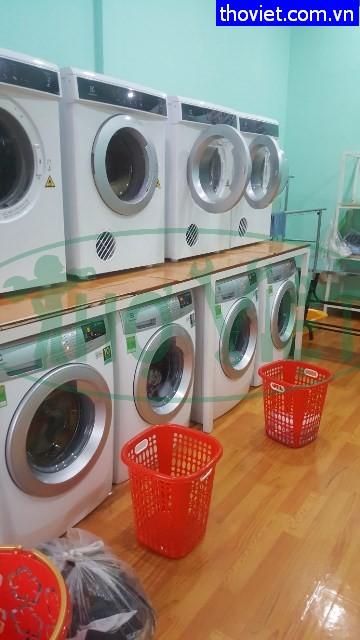 Thợ lắp đặt máy giặt cho hệ thống tiệm giặt ủi quận Tân Phú