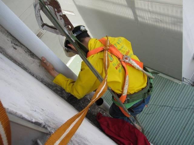 Sửa đường ống nước thoát mái, thoát mưa ở quận Bình Tân bằng cách leo thang dây