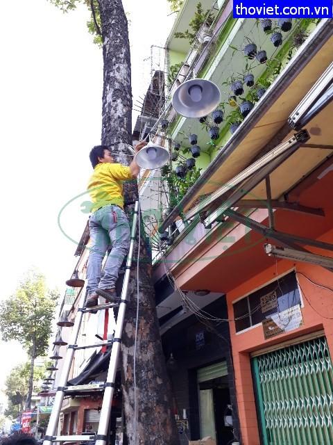 Thợ lắp đặt đèn điện cho shop phụ kiện thời trang tại Phú Nhuận