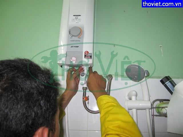 thợ lắp đặt sửa chữa máy tắm nóng