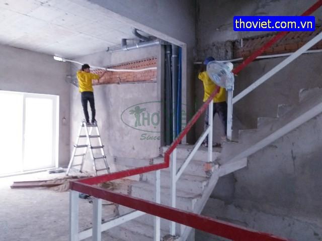 Thợ lắp ống đồng cho tòa nhà chinh cư