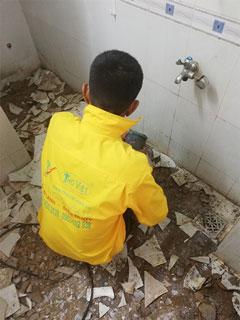 Thay mới gạch lát nền cho nhà vệ sinh
