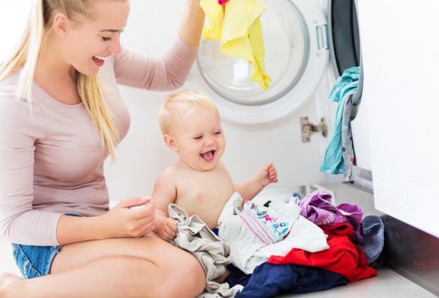 Có nên giặt quần áo trẻ sơ sinh bằng máy giặt